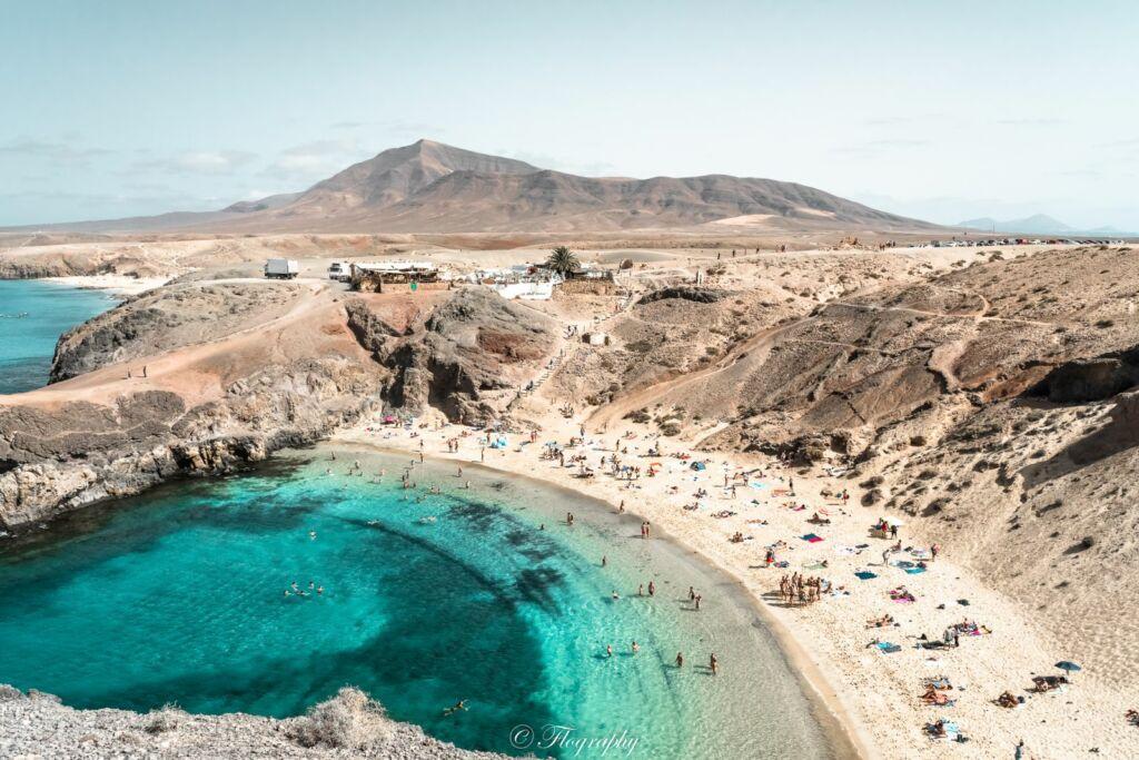 plage de Papagayo avec volcan en arrière plan à Lanzarote aux Canaries Espagne