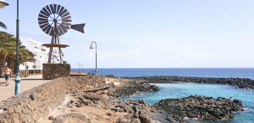 éolienne à pompe style western en bord de plage à puerto del carmen lanzarote