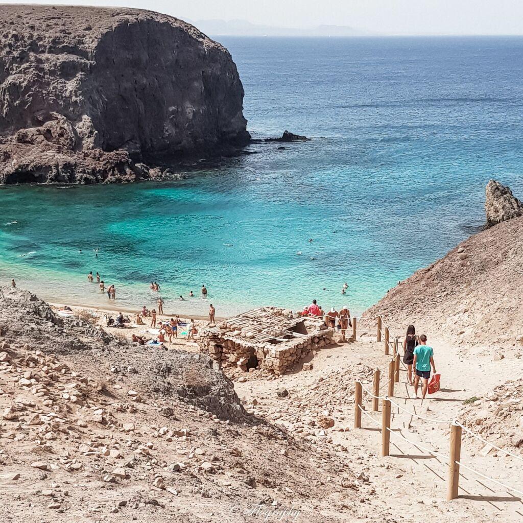 chemin qui descend à la plage de Papagayo à Lanzarote