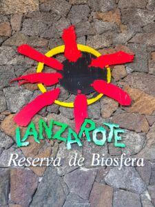 logo rouge de Lanzarote à l'aéroport