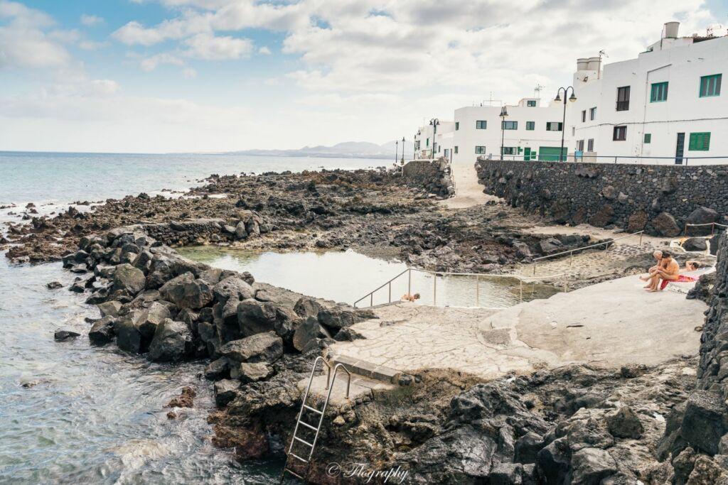 piscine naturelle dans la roche de punta mujeres à lanzarote