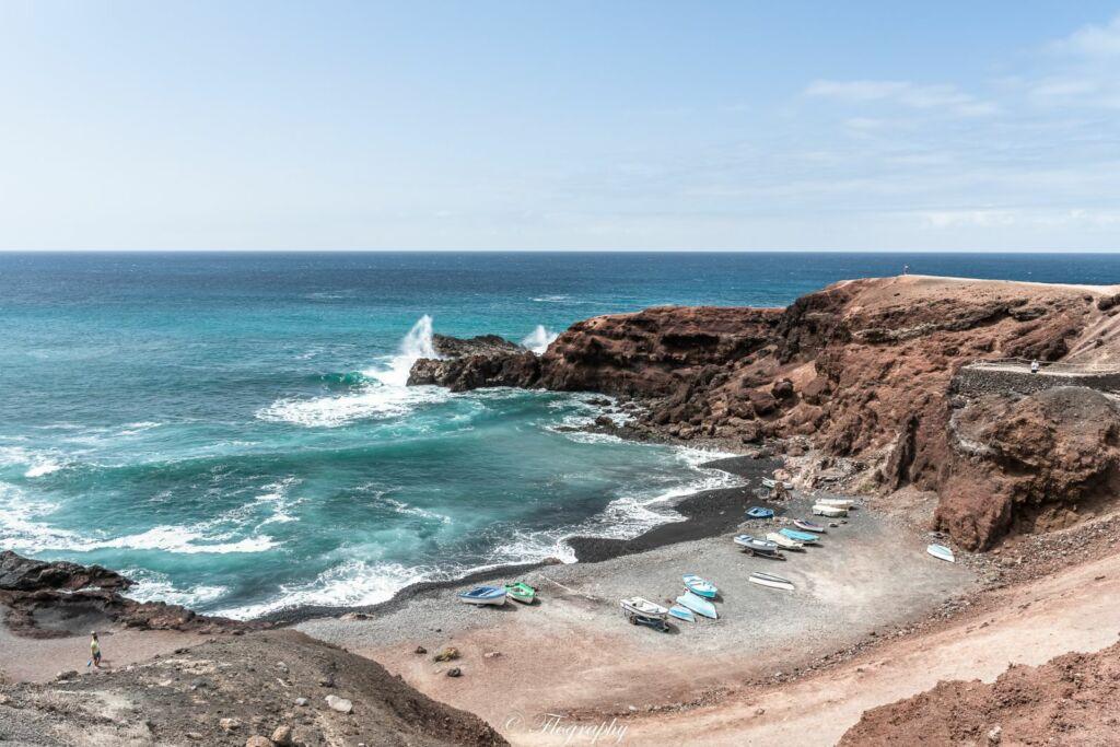 plage avec des petites barques de pécheurs à El Golfo à Lanzarote