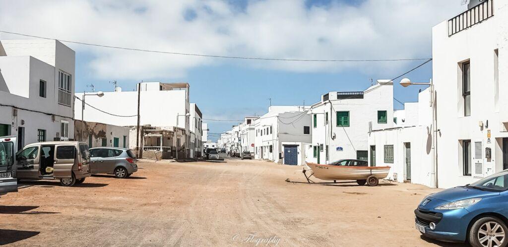 rue de sable du village de Famara à Lanzarote