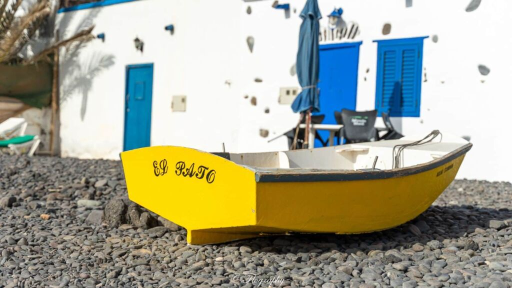 barque jaune de pêcheur sur la plage à Fuerteventura
