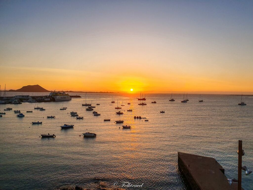 coucher de soleil sur le port de Corralejo à Fuerteventura