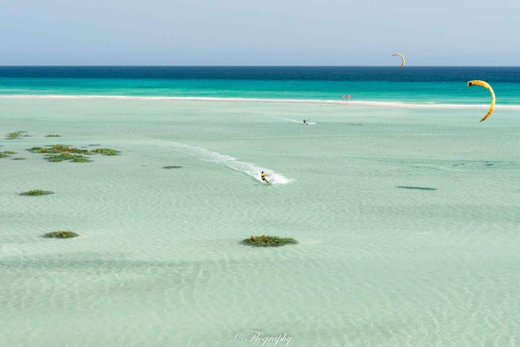 lagune de Sotavento avec un kitesurf à Fuerteventura