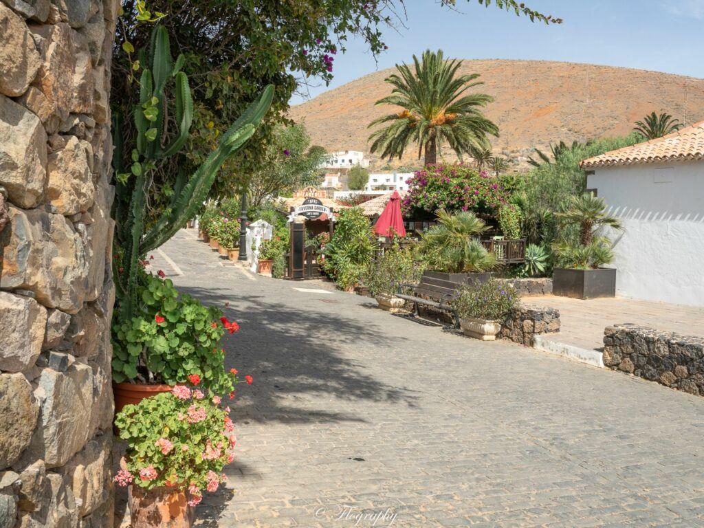 rue fleurit de Betancuria à Fuerteventura