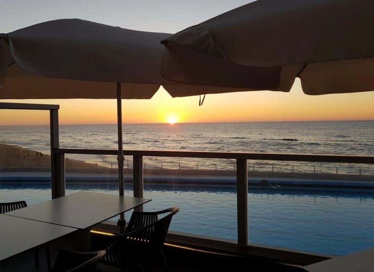 Hôtel Arribas Sintra avec le coucher de soleil sur la piscine