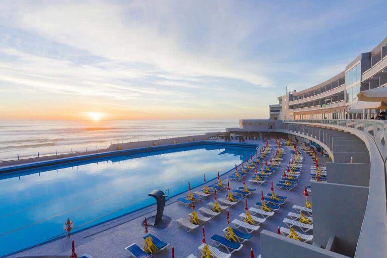 Coucher de soleil sur la piscine de l'Hôtel Arribas Sintra