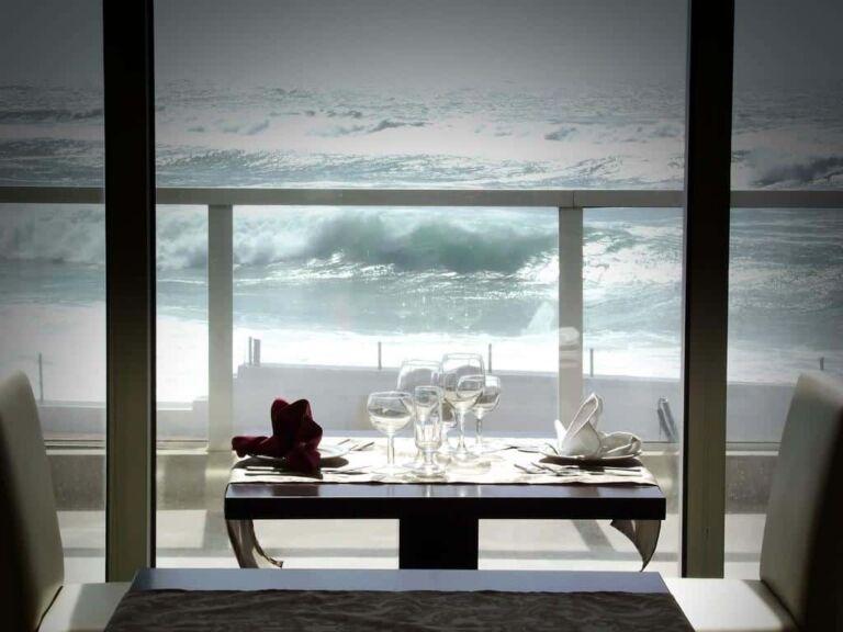 Hôtel Arribas Sintra table de restaurant avec vue sur l'océan pour un repas en amoureux