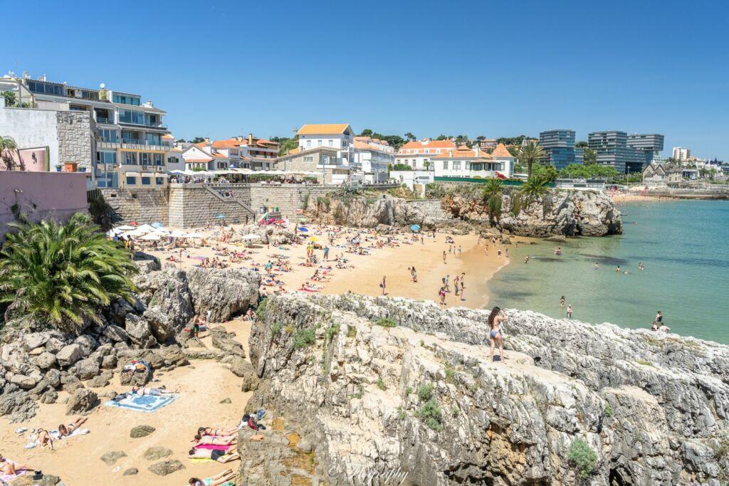 Plage de Cascais avec des rochers au Portugal