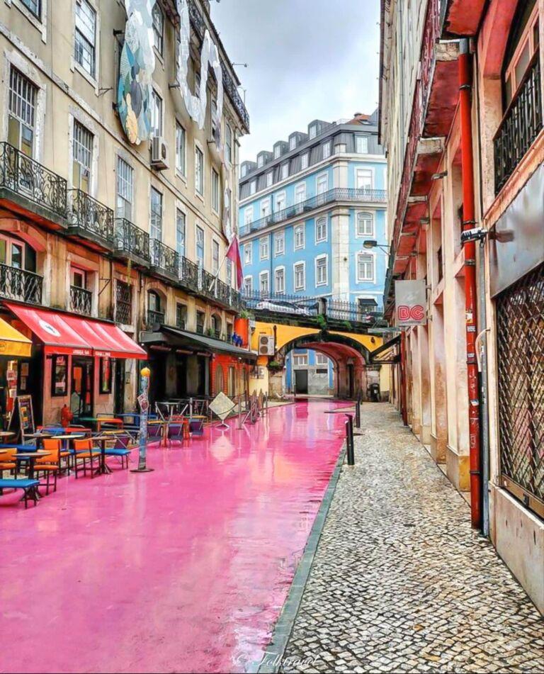 Rue rose de nova Carvalho à Lisbonne