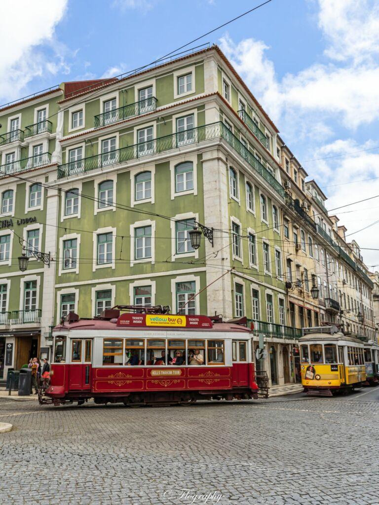 tram rouge et jaune à Lisbonne