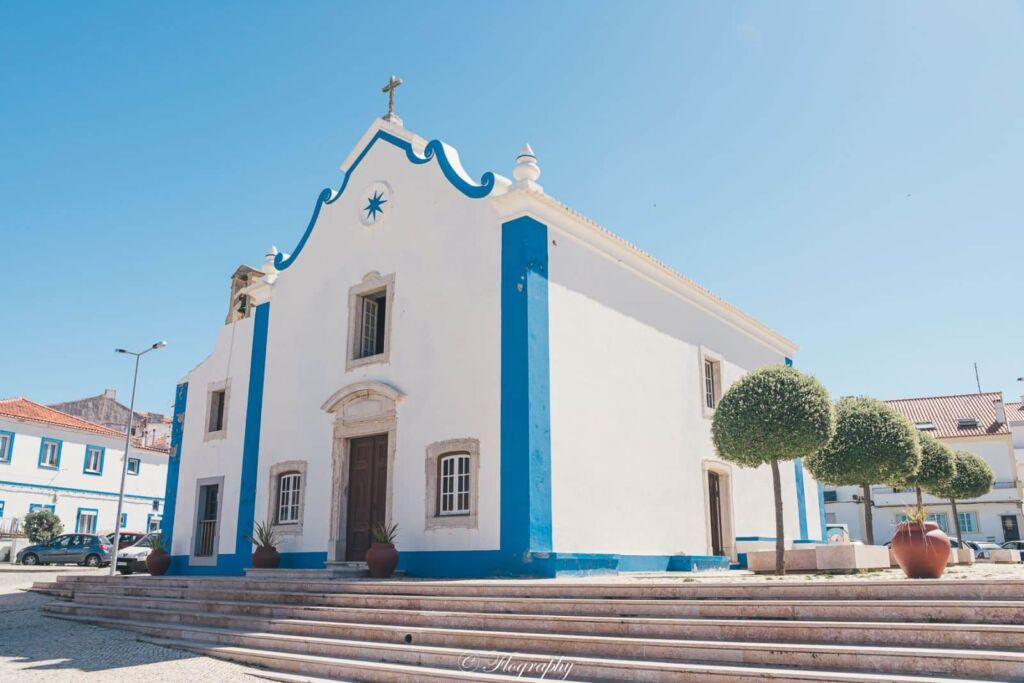 Capela-de-Santa-Marta à Ericeira au Portugal église chapelle bleue et blanche
