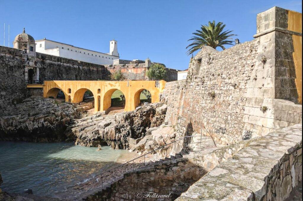 un pont jaune à la forteresse de Peniche avec des remparts au Portugal