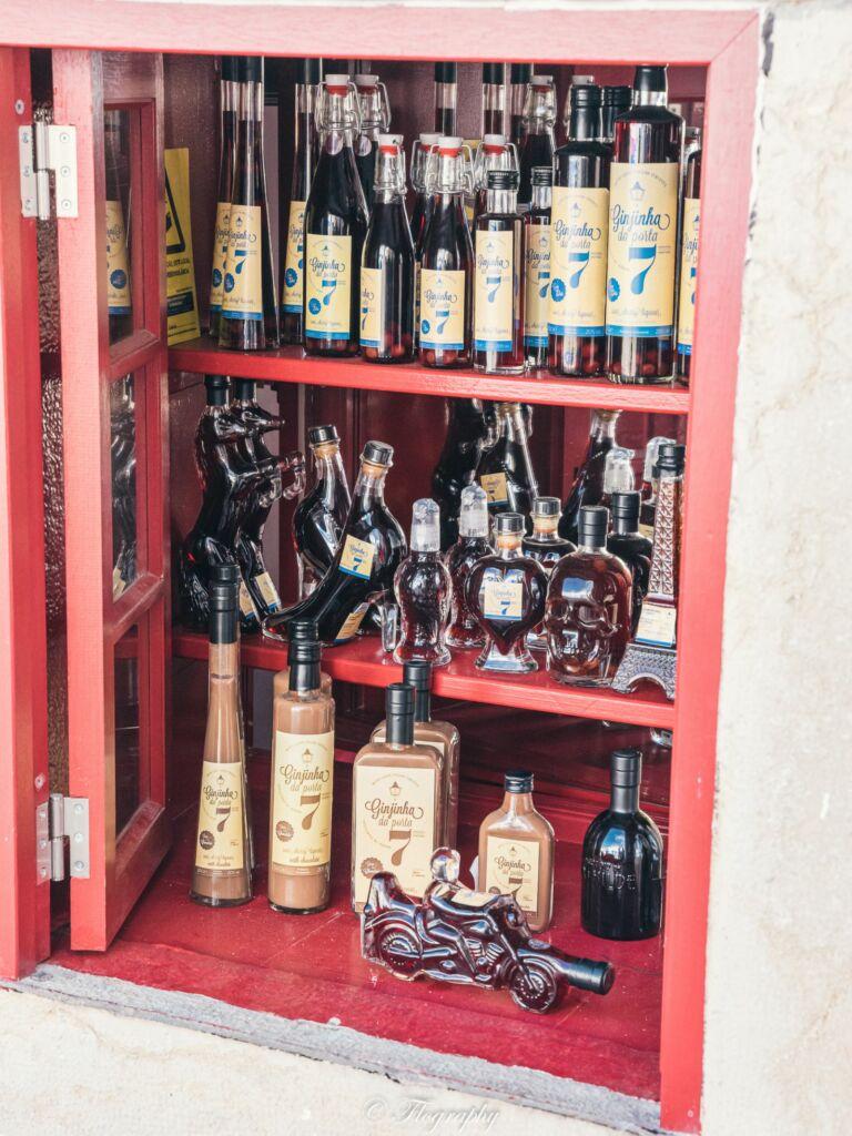 Ginjinha une boisson de liqueur de cerises au Portugal une spécialité local avec de l'alcool
