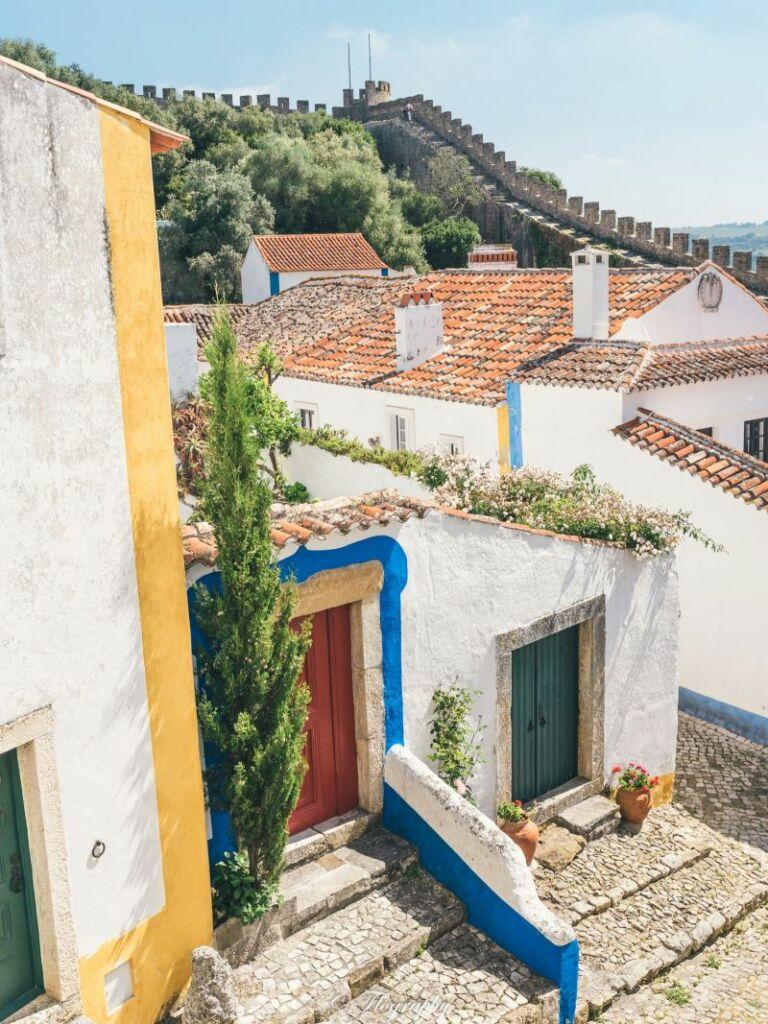 village d'Obidos-maisons-ramparts Portugal maisons bleu et jaunes