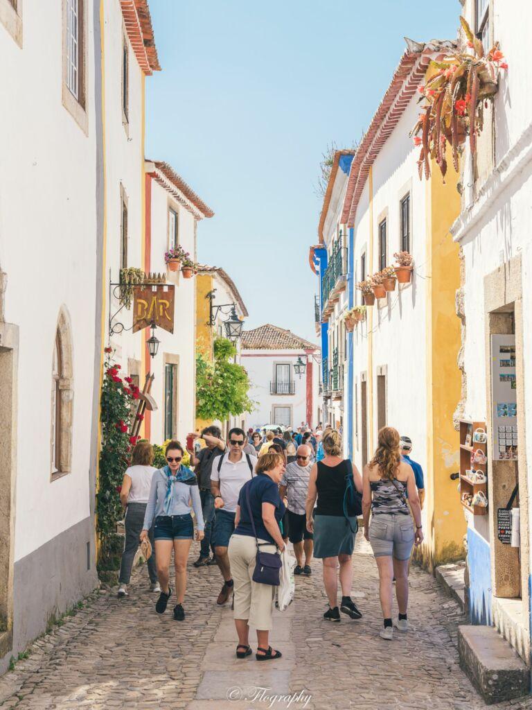 Obidos ruelle de commerces au Portugal avec des touristes