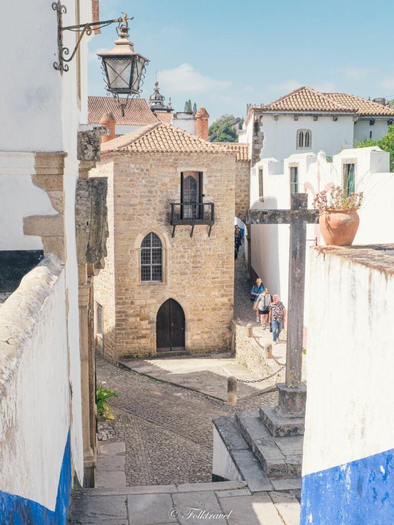 Obidos un village de petites ruelles aux maisons médiéval au Portugal avec des lanternes