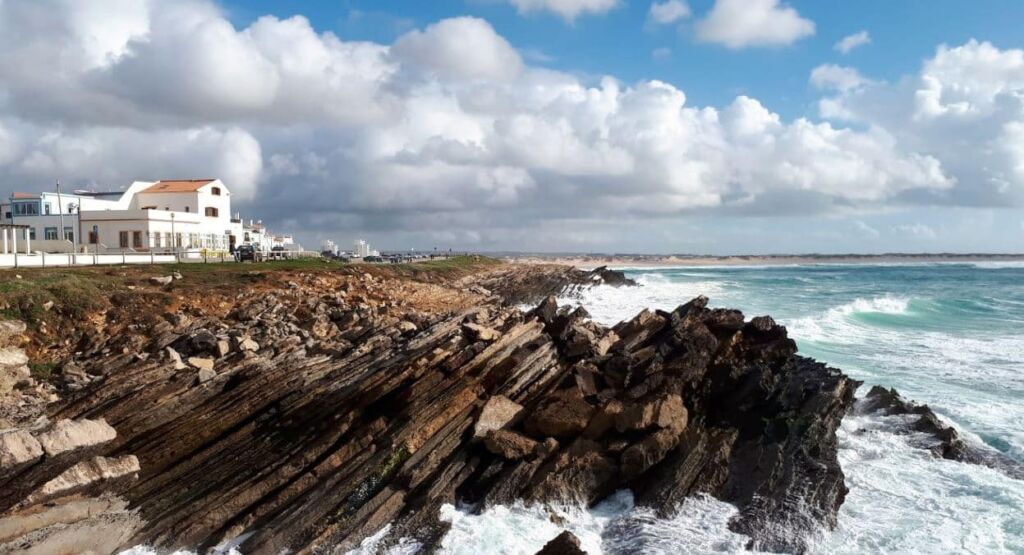 plage baleal island à Peniche au Portugal falaises striées