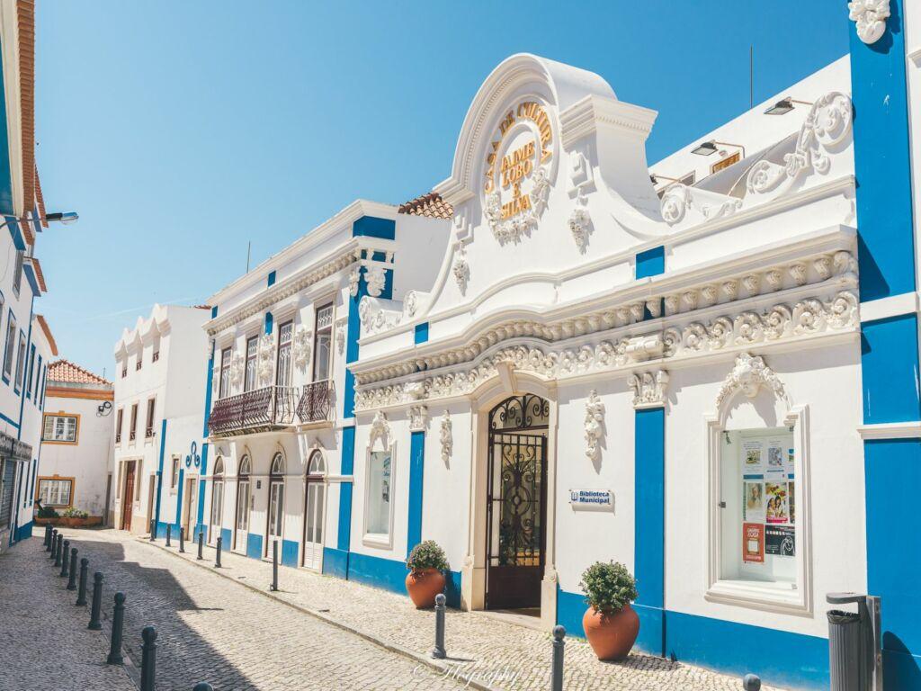 bibliothèque à Ericeira au Portugal bâtiment bleu et blanc