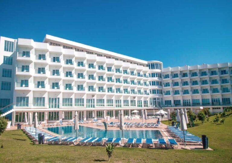 hôtel MH à Peniche au Portugal avec sa piscine et transats