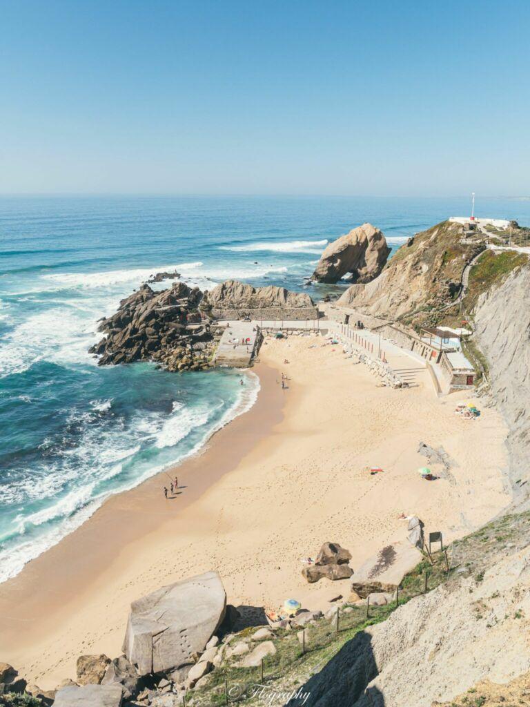 plage Formosa au Portugal avec un gros rocher