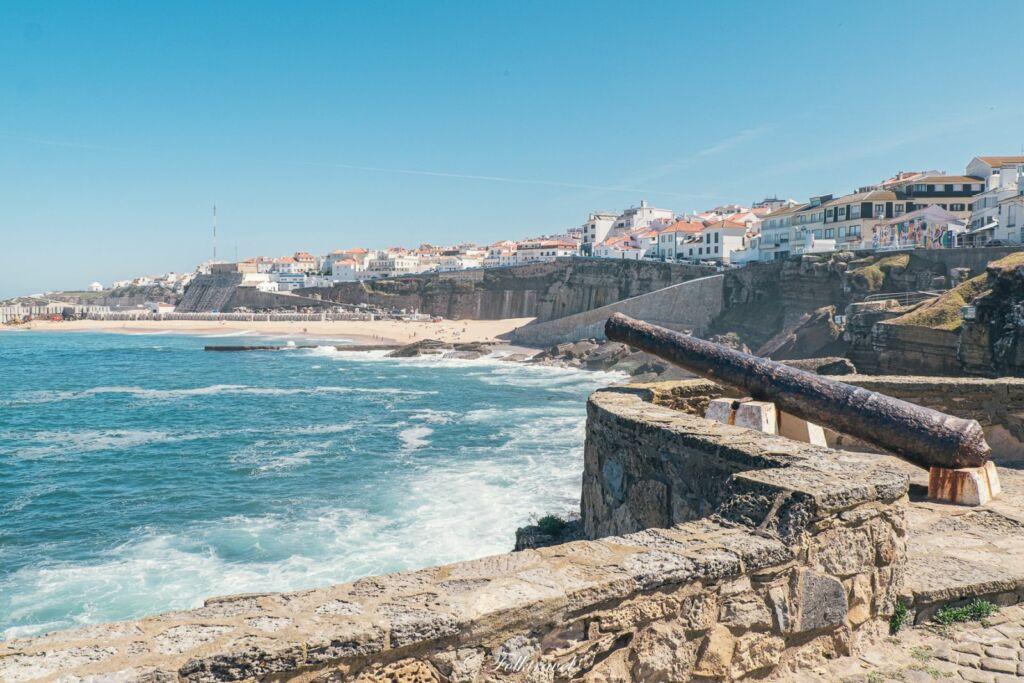 plage au centre de Ericeira au Portugal avec un canon