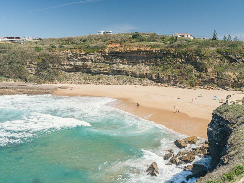 plage dos coxos au Portugal avec une falaise