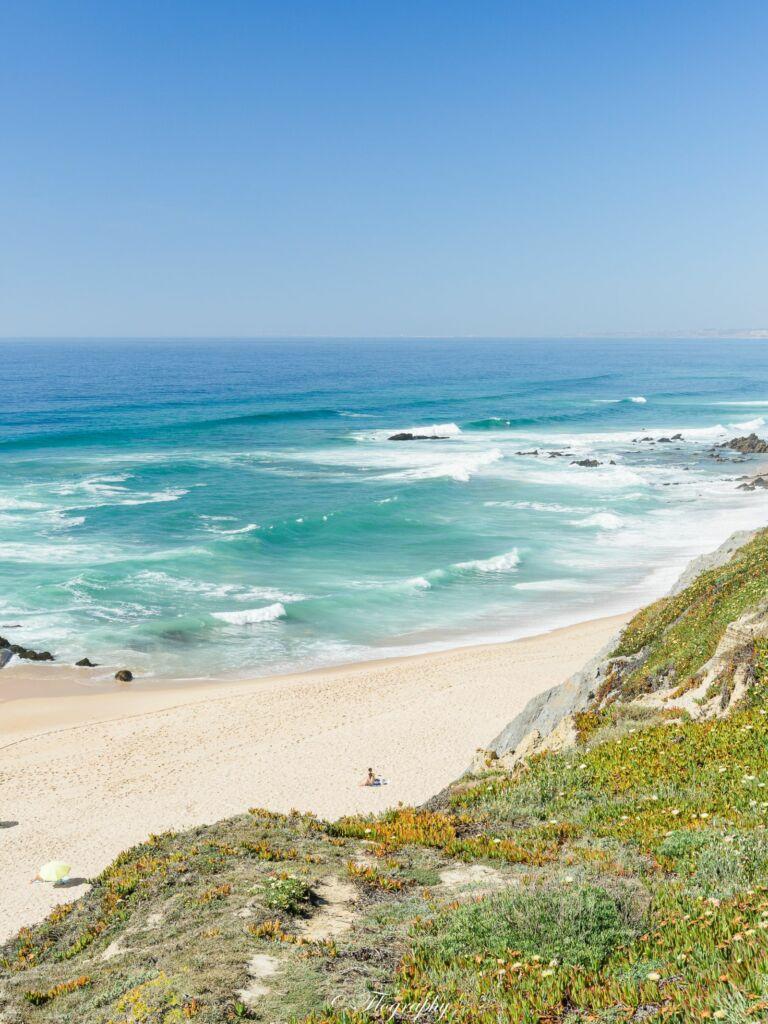 plage de surfeurs Santa Cruz au Portugal