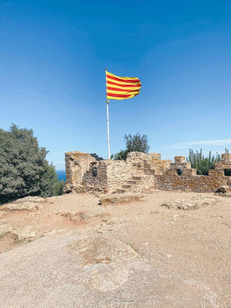 ruine chateau begur drapeau catalogne espagne espana catalunya
