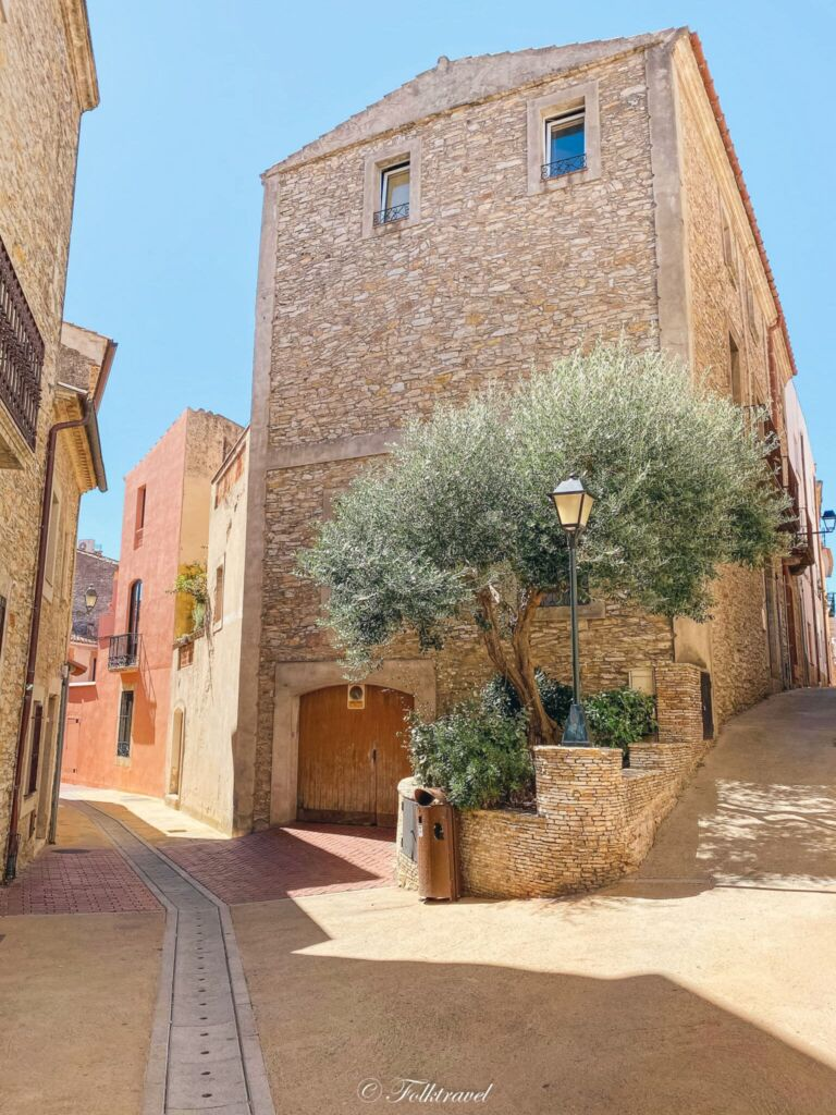 Ruelle Begur maisons pierre anciennes olivier banc espagne