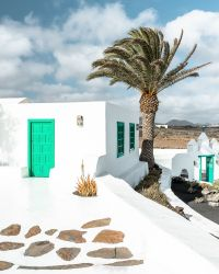 Al Campesino Lanzarote musée au paysan avec des maisons traditionnelles blanche et verte palmier